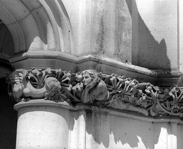 Chapiteau de la galerie basse du bâtiment dit des Preuses : Homme et femme monstrueuse