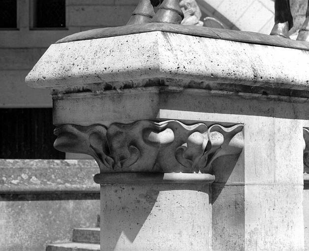 Socle de la statue de Louis d'Orléans et chapiteau (cour)