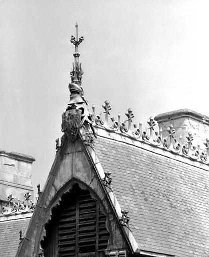Bâtiment dit du Casernement : Couronnement du pignon et crête du toit