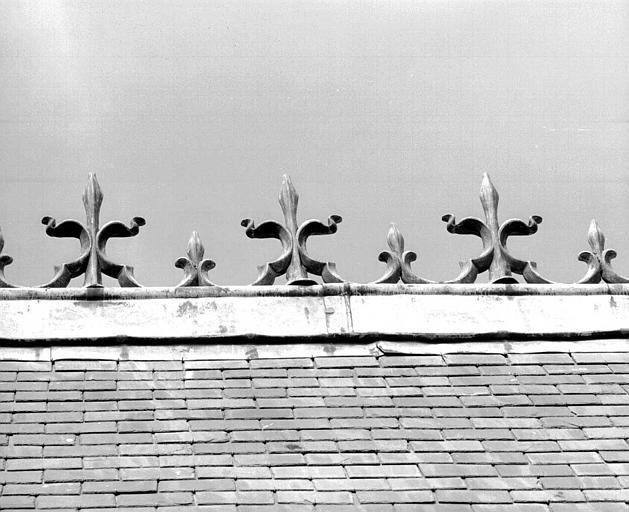 Bâtiment dit du Casernement : Crête du toit