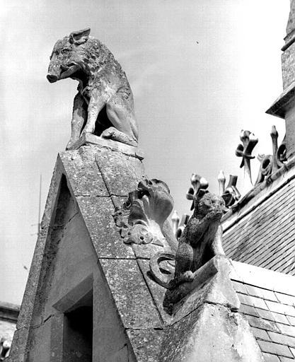 Bâtiment dit du casernement : Détail des sculptures du gâble (sanglier)
