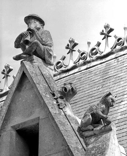 Bâtiment dit du casernement : Détail des sculptures du gâble (homme-trompette et félin)