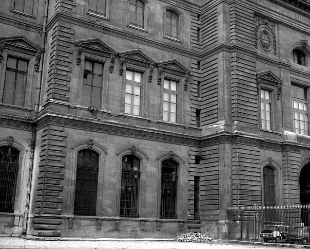 Vue partielle d'une façade de la cour carrée donnant sur la rue