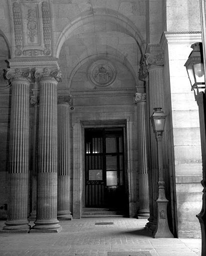 Passage entre la rue de Rivoli et la Cour Carrée