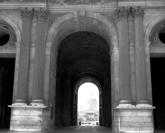 Arcade côté sud de la Cour carrée : Vue sur l'Institut