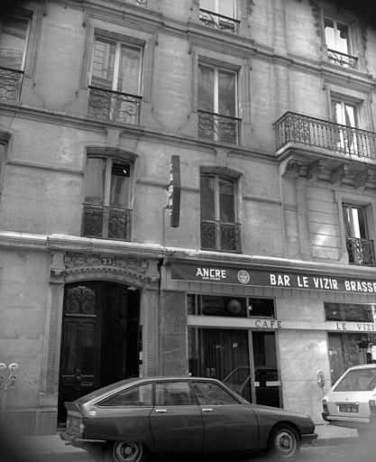 Vue partielle de la façade sur la rue Chauchat