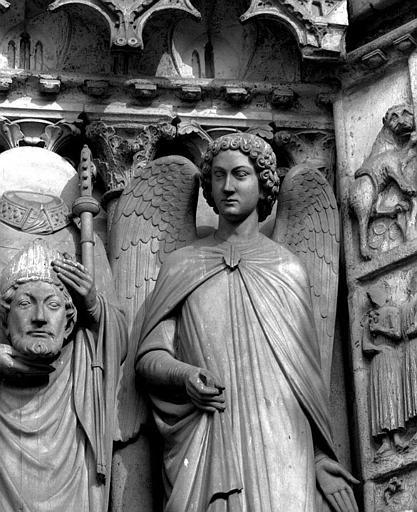 Portail du Couronnement de la Vierge (portail nord de la façade ouest), ébrasement droit : Buste de l'ange à la gauche de saint Denis