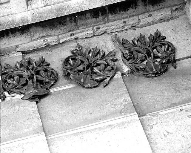 Eléments décoratifs de la crête du toit (éléments déposés)