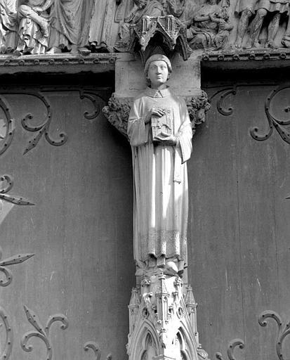 Portail Saint-Eienne (façade sud) : Statue de saint Etienne au trumeau
