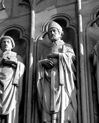 Portail Saint-Eienne (façade sud), ébrasement droit : Statue de saint Denis