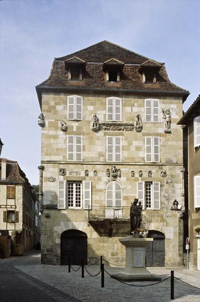 Façade principale sur une place, fragments de sculptures rapportés de maisons détruites