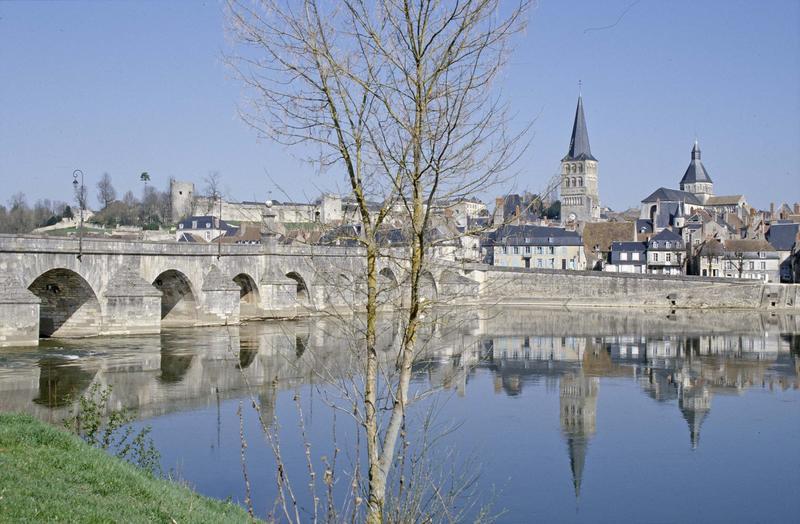 Vue générale de la ville : les deux églises et le pont sur la Loire