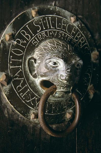 Porte sud : marteau de porte en bronze