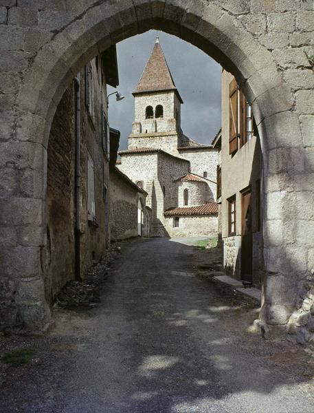 Clocher de l'église vu à travers une porte de ville