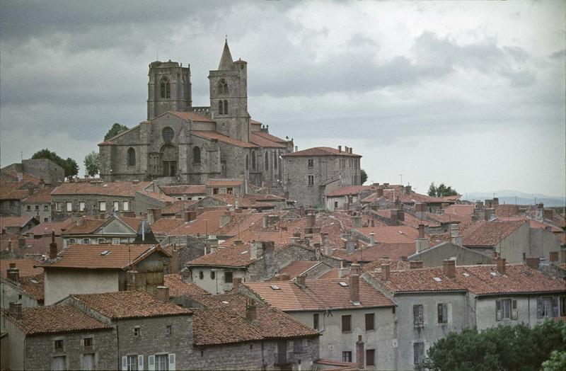 Vue générale de la ville, ensemble de l'église