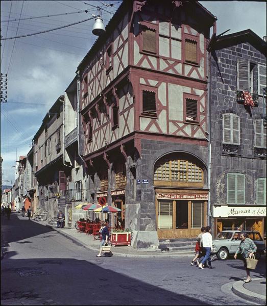 Angle de façades sur la rue animée