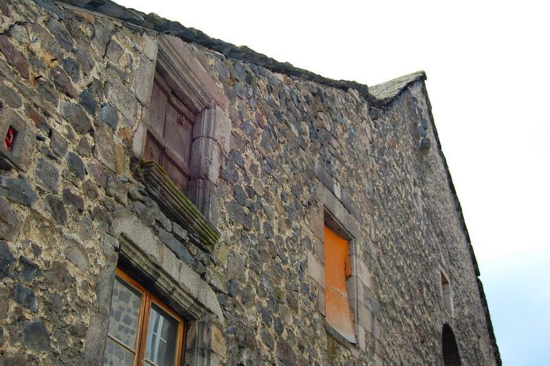 Vue générale des ouvertures de la partie supérieure de la façade