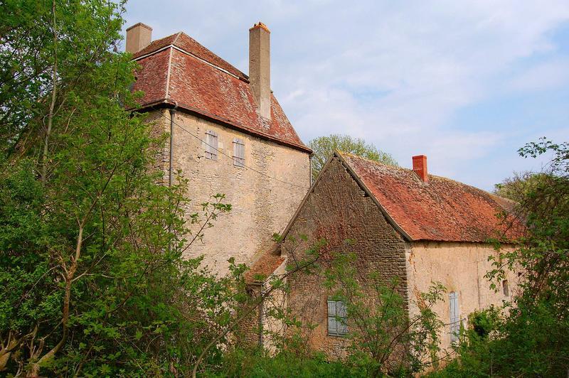 Vue partielle des façades sud du château et de l'aile des communs