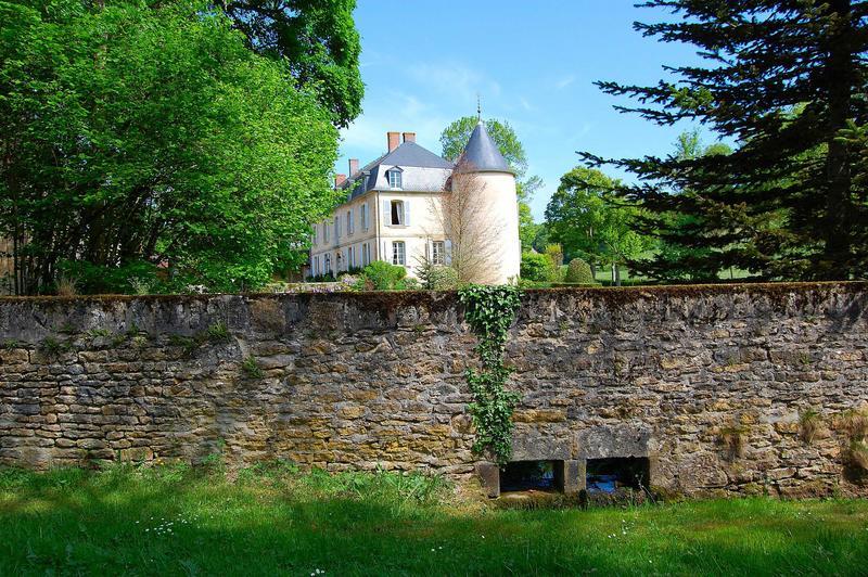 Vue générale du château et de son mur de clôture