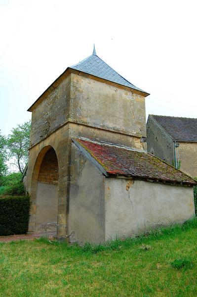 Vue générale de la tour-porche d'entrée