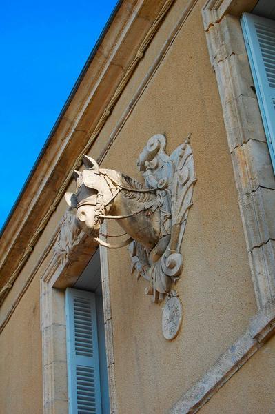 Vue partielle de la façade, décor d'une tête de cheval dans un médaillon