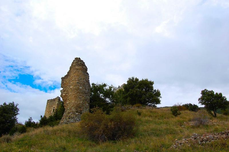 Vue partielle des ruines situées en contrebas de la tour