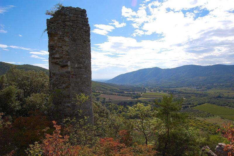 Vue générale d'une des tours de l'ancien château surplombant le paysage environnant