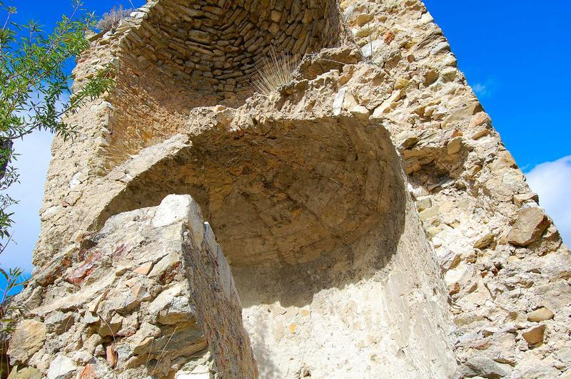 Vue partielle d'une des tours éventrée de l'ancien château