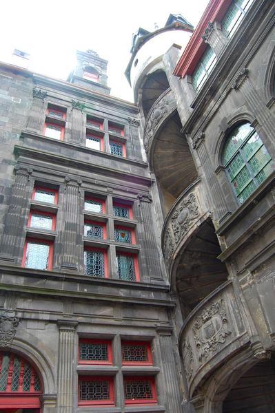 vue partielle des façades nord-est, cour intérieure