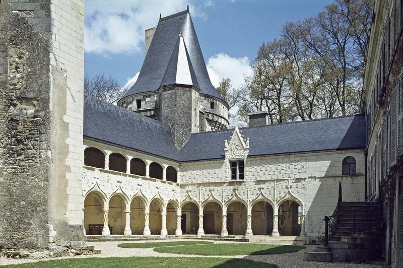 Galerie extérieure à arcades et tour de Brillac sur cour