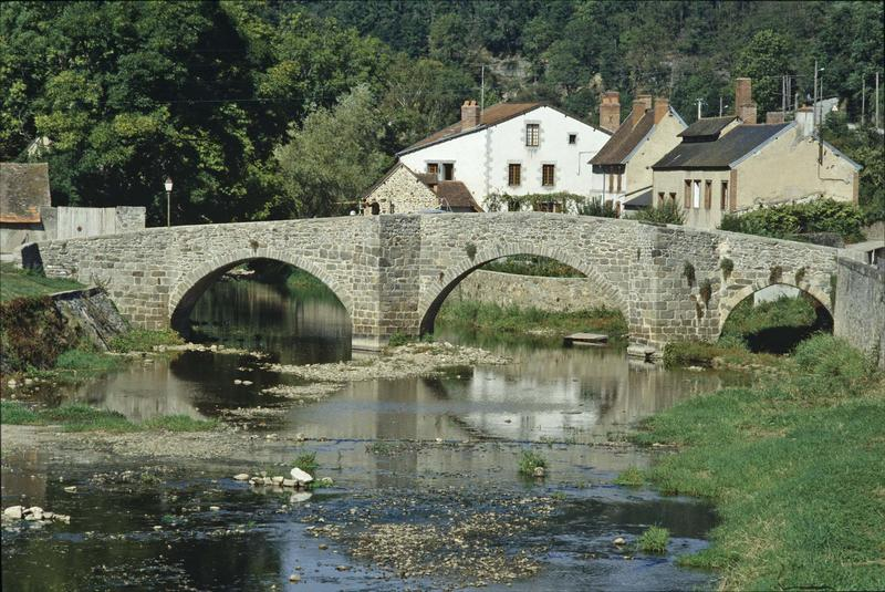 Pont romain et maisons en pierre
