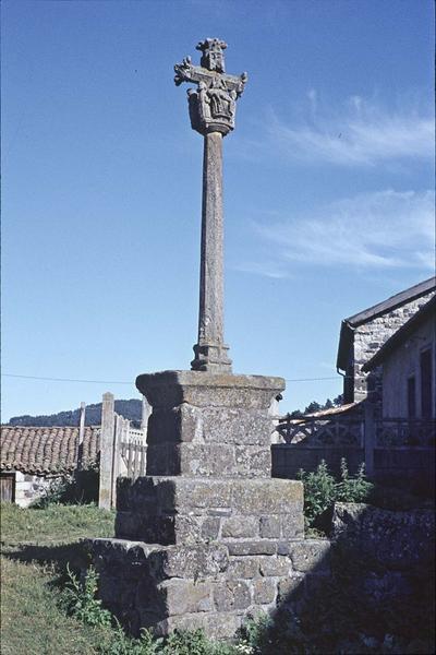 Croix située à l'ouest de l'église#