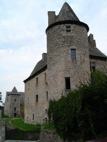 vue générale de la façade nord du château, vue partielle des communs
