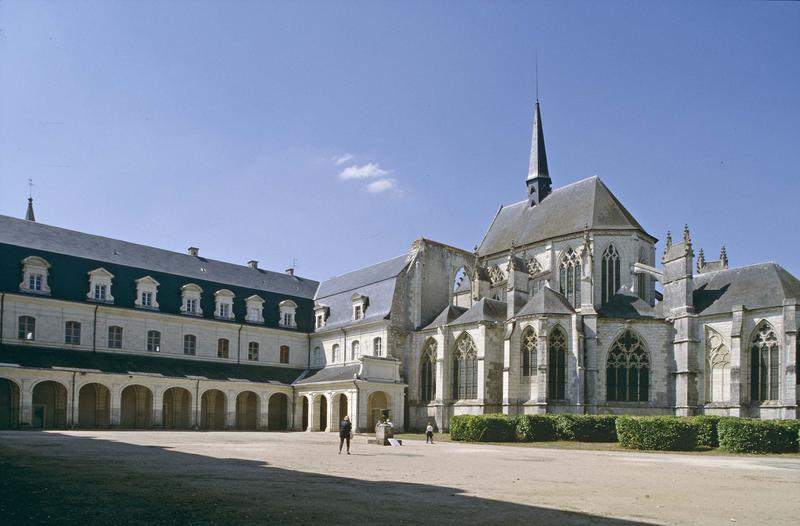 Eglise et bâtiments conventuels sur cour