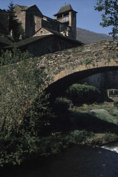 Ensemble de l'église, une partie de l'arche du pont au premier plan