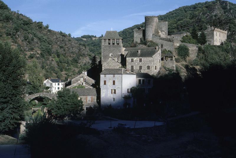 Vue générale du village médiéval, clocher de l'église et tours du château