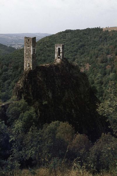 Les deux tours restantes du château en ruines