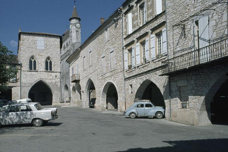 Sur la place Foch, façade et porche de la maison du Prince Noir, clocher de l'église Saint-André