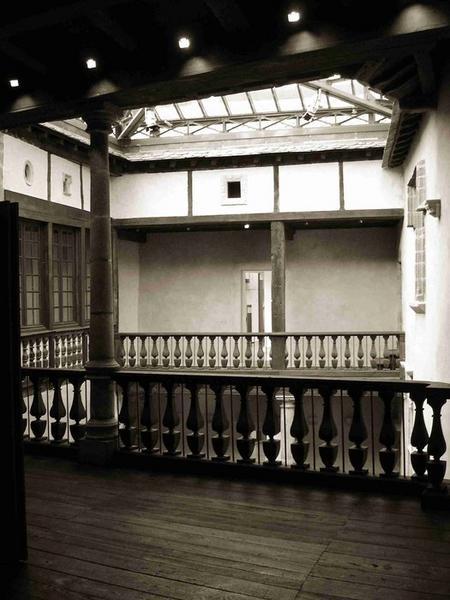 Vue partielle des galeries de bois de la cour intérieure
