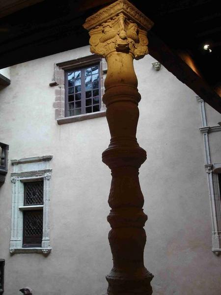 Vue partielle d'une des colonnettes supportant une des galeries de bois de la cour intérieure