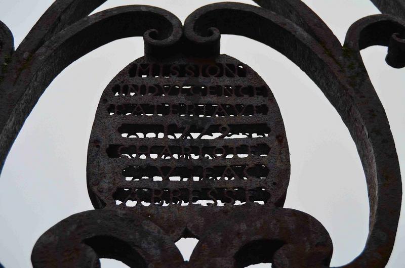 Détail de la plaque de fer portant l'inscription