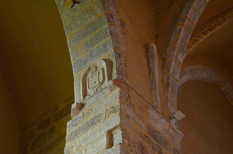 Détail d'un des blasons sculptés situés dans la nef côté nord