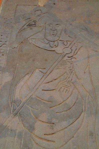 Dalle funéraire d'un des abbés situé dans le choeur, détail