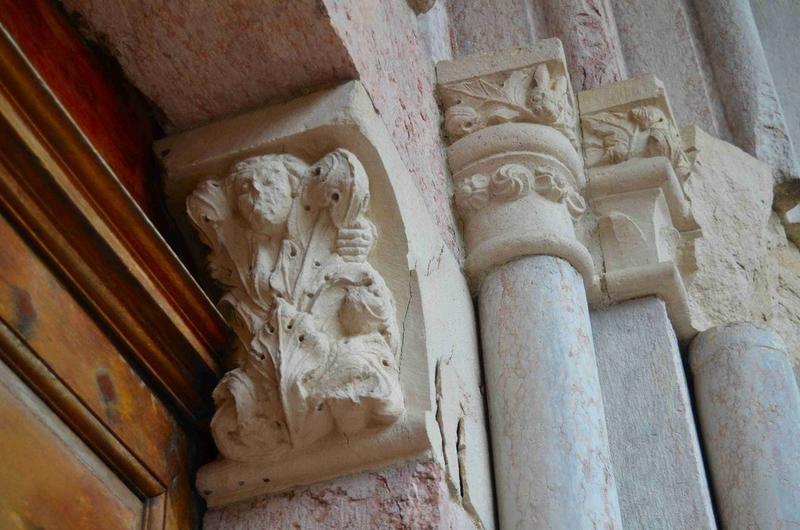 Porche nord, détail des chapiteaux du piedroit de droite