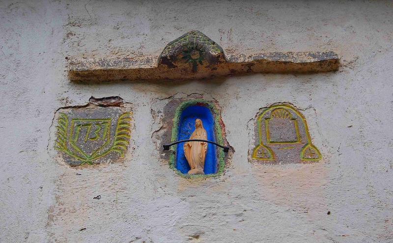 Détail des éléments sculptés situés au-dessus du porte est