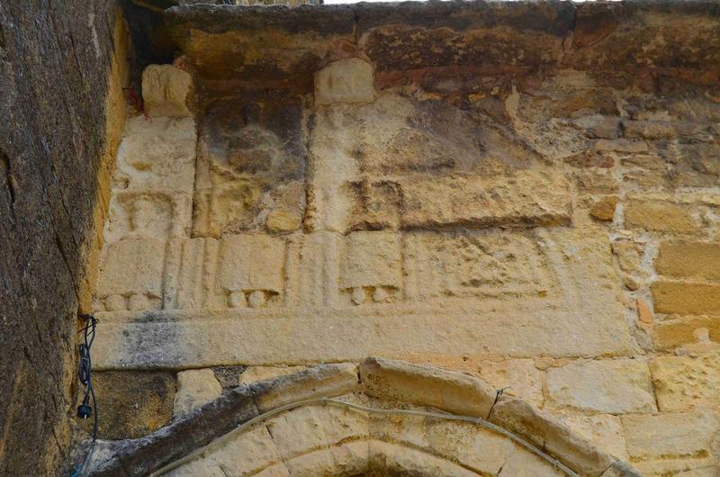 Porche sud, détail des bas-reliefs situés au-dessus de la porte gauche
