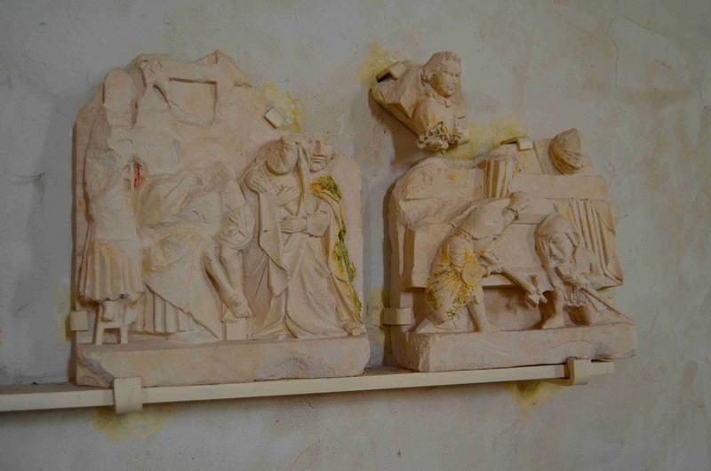 Haut-reliefs (2),  scènes de la  Passion : Descente de croix (la), Résurrection (la), vue générale