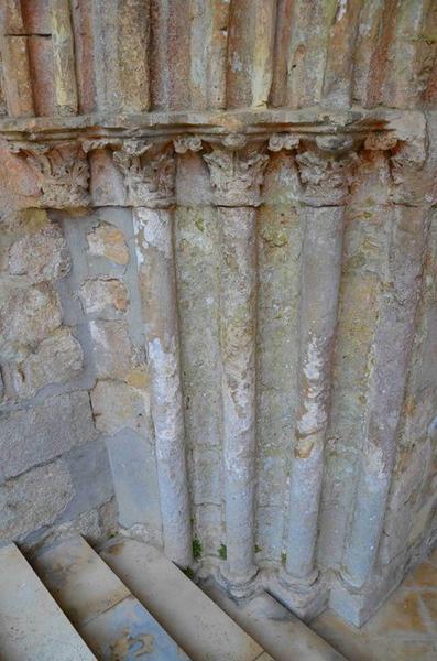 Porche occidental, détail des colonnettes, partie gauche