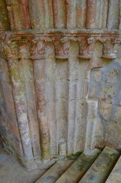 Porche occidental, détail des colonnettes, partie droite