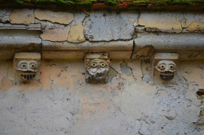 Façade nord-est, détail, corbeaux de pierre sculptés